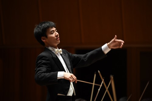 指揮者:松本宗利音 写真