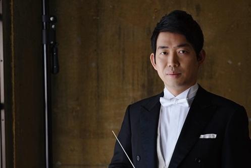 指揮者:角田鋼亮 写真